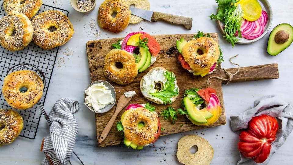 Bagels wie in New-York-City: Selbstgemachte New-York-Style-Bagels mit Frischkäse, Avocado, Salat und zweierlei Ringel-Bete.