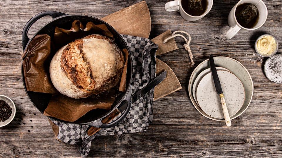 Nur rühren, nicht kneten - Anstatt den Teig zu kneten, wird bei unserem No Knead Bread auf eine lange Fermentationszeit gesetzt.