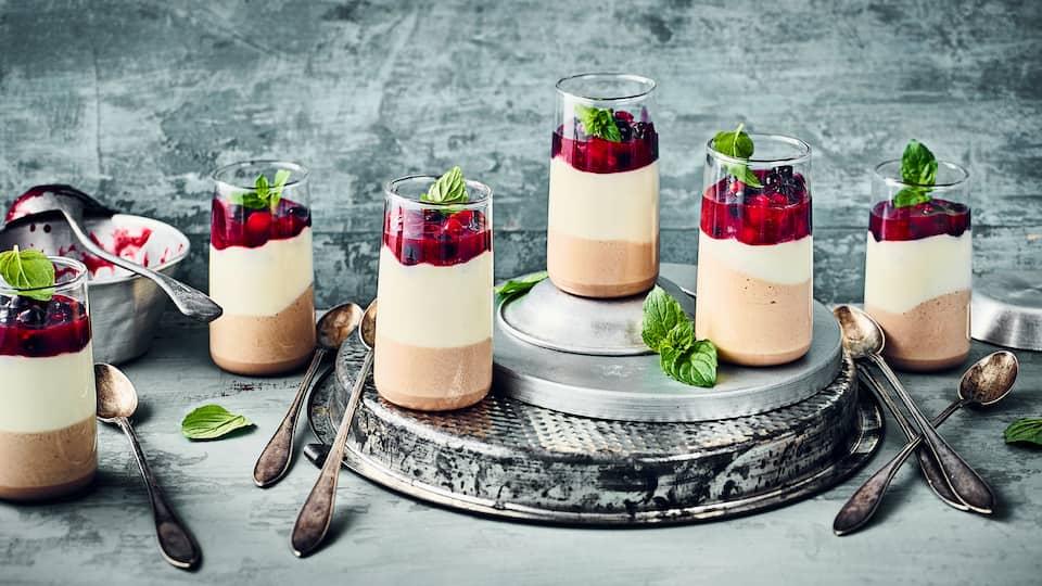 Verzaubern Sie Ihre Liebsten mit diesem raffinierten Dessert: Probieren Sie unsere Nougat-Marzipan-Creme mit Sahne an einem fruchtigen Kompott aus gemischten Beeren, Zimt und Multivitaminsaft!