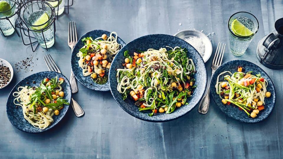 Ein sättigender Salat mit Hülsenfrüchten, Reisnudeln und Rucola – schnell zubereitet, vegetarisch und eine tolle Kombination.