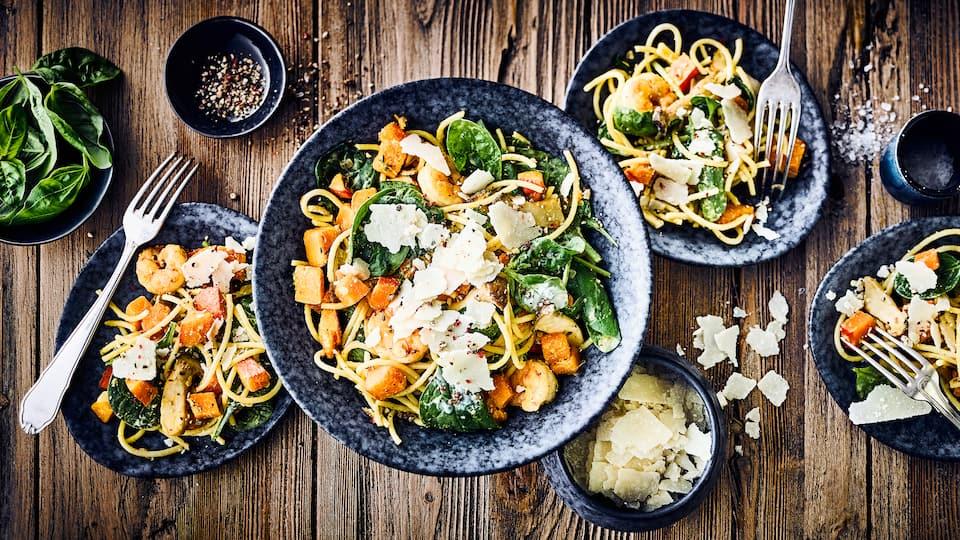Raffinierte Kombination: Probieren Sie unser Rezept für Nudeln mit Kürbis, Garnelen, Spinat, Schafsmilchjoghurt und Kräuterseitlingen aus!
