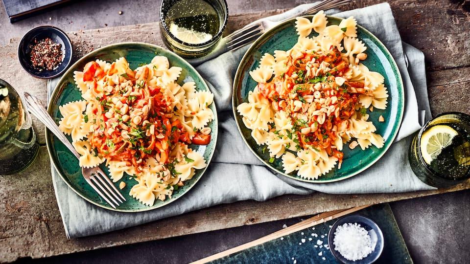 Mandelmus als Salatdressing? - Passt super! Probieren Sie unseren veganen und bunten Nudelsalat mit Paprika, Spitzkohl, frischen Kräutern und Mandelmus.