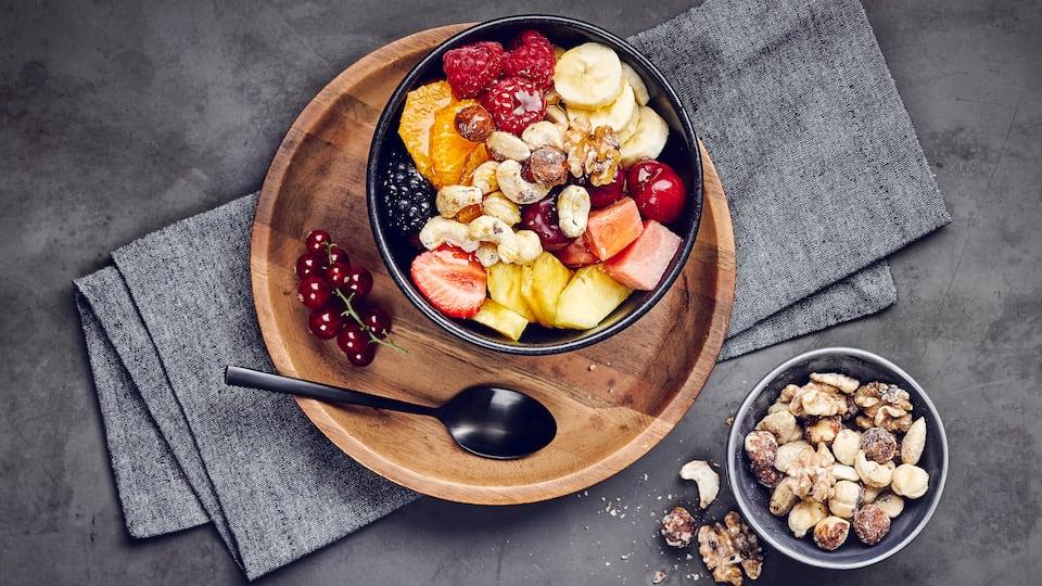 Einfach zubereitet, lecker und vitaminreich: Ein Obstsalat ist die vitalstoffreiche Alternative zu einem süßen Dessert. Genießen Sie das Rezept von EDEKA!