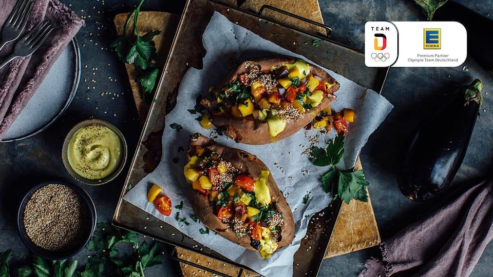 Hoch hinaus! Unser Rezept für Ofen-Süßkartoffel mit Auberginen-Mango-Ragout lässt die Geschmacksnerven in die Höhe fliegen!