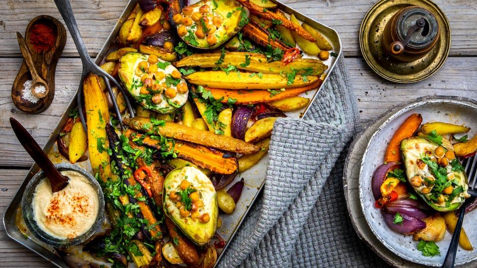 Bereiten Sie Ihr Gemüse mit selbstgemachtem Humus-Dip nach unserem Rezept zu und genießen Sie Kartoffeln, Möhren und Avocados aus dem Ofen.