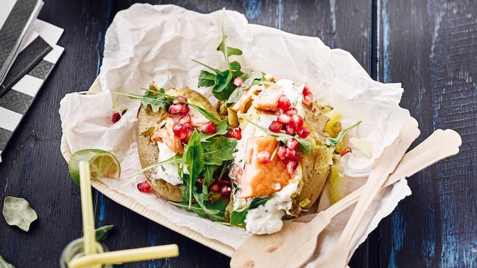 Als Beilage oder Hauptgericht mit Fisch: Probieren Sie unsere Ofenkartoffel mit Rucola, Lauch, Granatapfel und Lachs an Meerrettich-Quark!