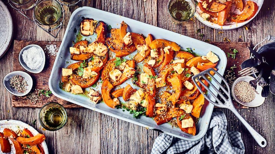 Frisch aus dem Ofen und am besten noch dampfend genießen: Unser Rezept für aromatischen Ofenkürbis mit Zimt, Honig und Feta bringt den Herbst auf den Tisch!