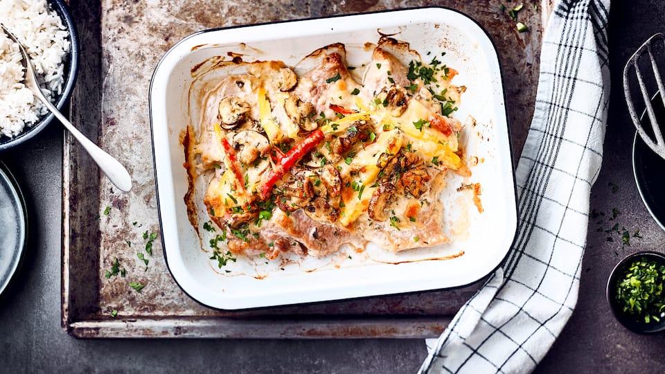 Ob als Mittag- oder Abendessen: Unser Rezept für leckere Ofenschnitzel mit Champignons, Paprika und Duftreis ist schnell und einfach zubereitet.
