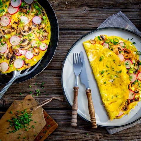 Frische Champignons und Radieschen eignen sich hervorragend als Zutat für ein frisches selbstgemachtes Omelette – am besten heiß servieren und direkt genießen!