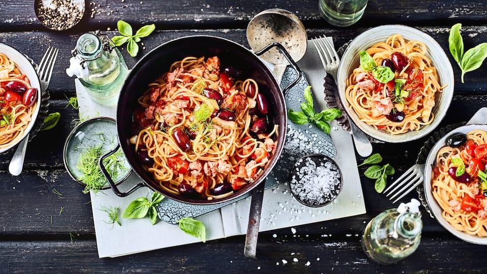 Wenn es mal wieder schnell gehen muss und möglichst wenig Kochgeschirr genutzt werden soll: Probieren Sie unsere One Pot Spaghetti mit Fenchel und Salsiccia.