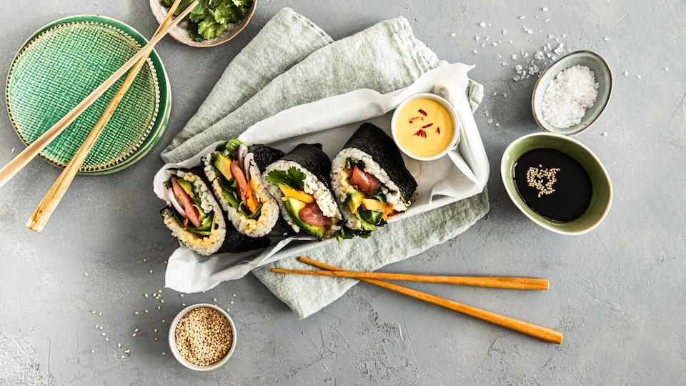 Hier bei uns vielleicht etwas weniger bekannt als Nigiri oder Maki, aber genauso lecker: Onigirazu sind kleine japanische Sushi-Sandwiches.