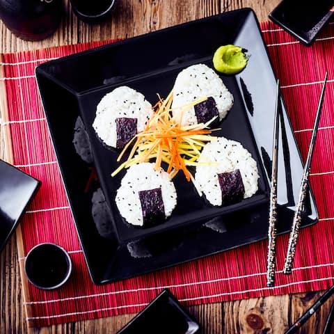 Vielseitig füllbar und ein Muss für einen leckeren Sushi-Abend sind Onigiri – kleine japanische Reisbällchen. Wir zeigen Ihnen wie Sie sie selbst herstellen können.