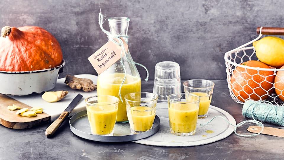 Ballaststoffreicher Snack: Pressen Sie den Saft aus Kürbis, Orange und Ingwer aus und bereiten aus dem Fruchtfleisch und mit Chiasamen Mini-Burger zu!