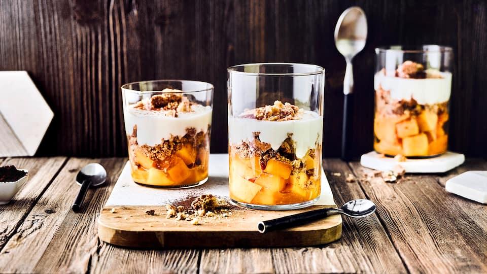 Fruchtiges Dessert: Probieren Sie unser Trifle mit saftiger Orange und frischer Mango an Schafsmilchjoghurt und Mandelbiscotto – in 15 Minuten zubereitet!