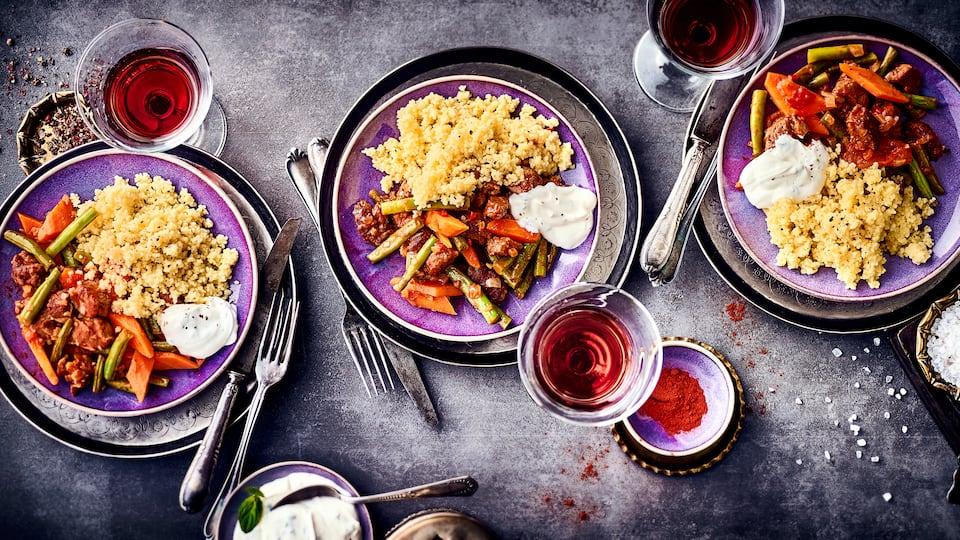 Aromatisches Lammfleisch, reichlich Gemüse, körniger Couscous und ein erfrischender Minze-Joghurt vereinen sich in unserem Lammgulasch-Rezept.