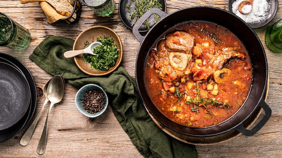 Sie lieben die italienische Küche? Dann schmoren Sie eine schmackhafte Kalbshaxe mit Wurzelgemüse nach unserem Ossobuco-Rezept.