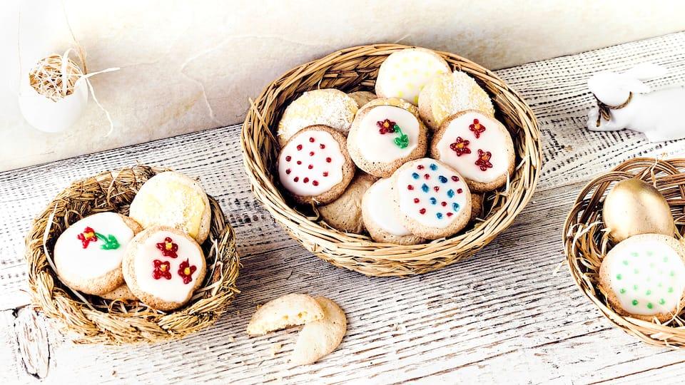 Mit unseren Backideen für das Osterfest bereiten Sie knuspriges Gebäck aus Mürbe- oder Rührteig her und verzieren es liebevoll.