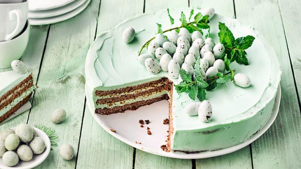 Überaschen Sie Ihre Familie mit diesem raffinierten Gebäck zum Osterfest: Probieren Sie unsere Torte mit Kakao-Mandel-Boden und einer Füllung aus Frischkäse, Butter und frischer Minze – in einer Stunde zubereitet!