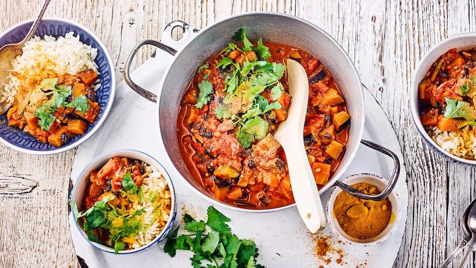 Pakistanisches Curry auf Basis von Aubergine und Tomaten (Baingan Tamatar).