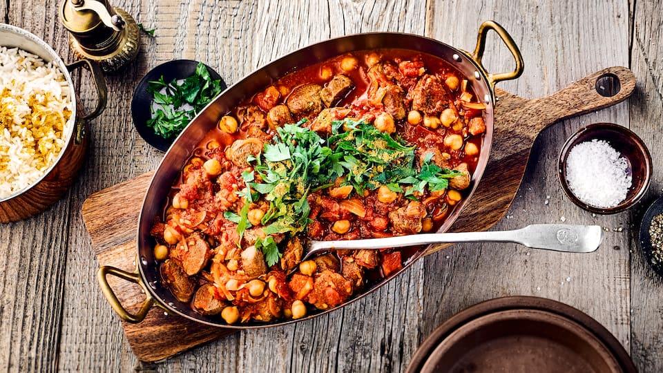 Unser Rezept für pakistanisches Lammcurry mit Kichererbsen, Tomaten und frischer Petersilie zaubert einen Hauch Orient in Ihr Zuhause – probieren Sie es aus!