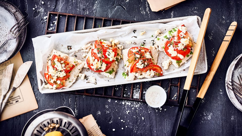 Eine einfache Mahlzeit für Fischliebhaber - Probieren Sie unser Fischfilet mit Tomaten, Kräutern und Schafskäse in Folie gegart.
