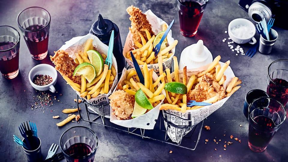 Original in Zeitungstüten gewickelt und direkt genießen: Die panierten Hechtfilets werden mit Pommes-Frites zum Fish & Chips-Klassiker und erfreuen Groß und Klein!