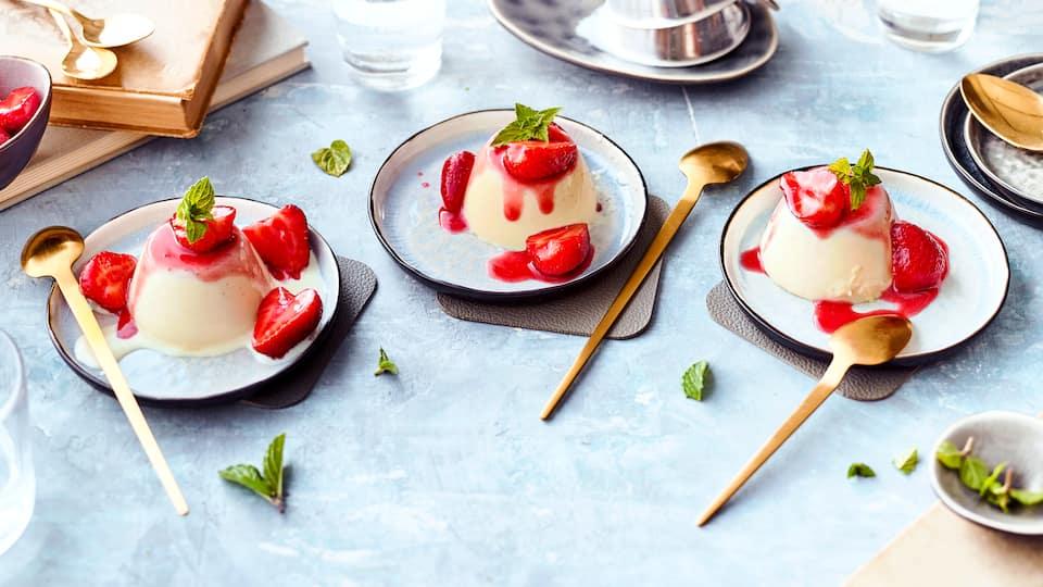 Panna-cotta-Rezept: italienisches Traditionsdessert mit Milch, Sahne und Erdbeer-Himbeer-Mix