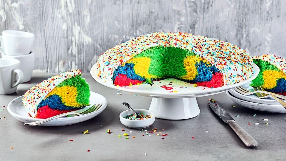Kunterbunt ist dieser Kuchen auch optisch ein wahres Highlight. Ob zum Kindergeburtstag, zur Party oder einfach zum selbergenießen. Macht schon beim Backen Freude!