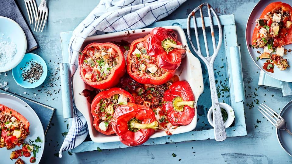 Rote Paprikaschoten vegetarisch gefüllt mit Quinoa, Gemüse und Feta - schmeckt lecker mediterran und ist eine fleischlose Alternative zu der klassischen Hackfleisch-Füllung.