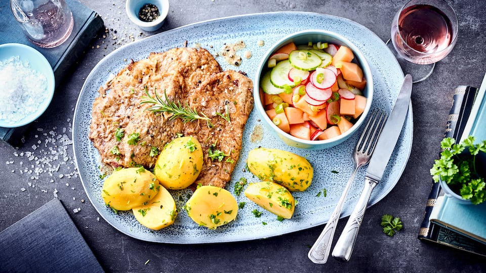 Ähnlich dem Wiener Schnitzel aber ohne Paniermehl zubereitet ist das Pariser Schnitzel die französische Variante. Am besten dazu Petersilienkartoffeln und Gurkensalat servieren.