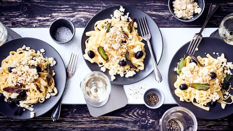 Schnelles Pastagericht vom Mittelmeer: Probieren Sie unsere Tagliatelle mit Oliven, Fetakäse und gerösteten Pinienkernen – fertig in 20 Minuten!
