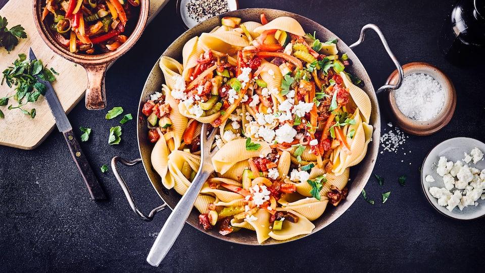 Sommerliche Pasta mit Gemüse und Feta. Da kommt Freude auf, denn die bunte Gemüsemischung ist einfach nur lecker und schön aromatisch.