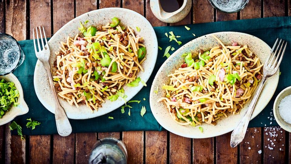 Ein bekanntes Nudelgericht aus Apulien: Entdecken Sie unsere Spaghetti mit Speck, Sellerie, Weißwein und nährstoffreichen braunen Linsen.