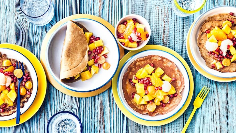 Probieren Sie unsere leckeren Pfannkuchen aus Dinkelvollkornmehl mit einem exotischen Obstsalat aus Mango, Litschi, Granatapfel und Physalis!