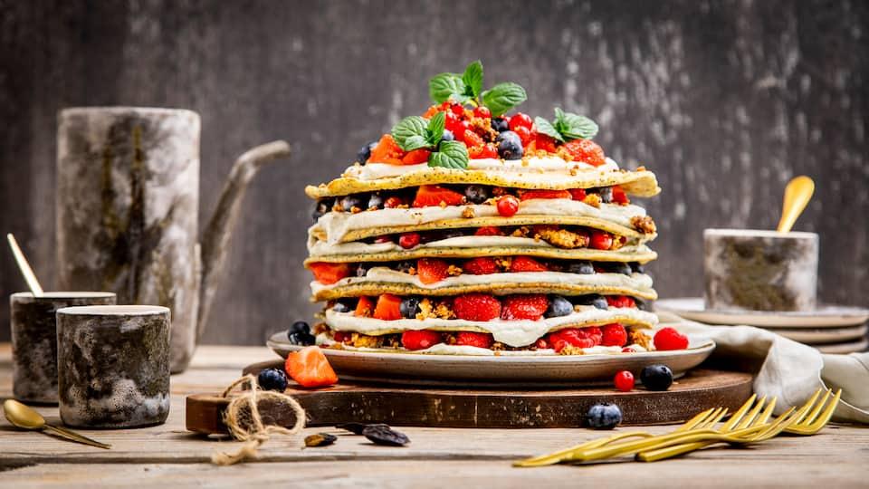 Wenn es Pfannkuchen gibt, dann am besten ganz viele davon! Am besten machen Sie einfach eine Pfannkuchentorte und schichten frische Beeren und Quarkcreme dazu.