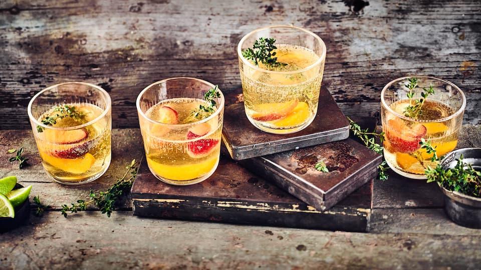 Sie suchen ein gutes Sangria-Rezept? Wir zeigen Ihnen, wie Sie das fruchtige Mischgetränk selbst zubereiten. Probieren Sie auch mal Sangria mit Weißwein!
