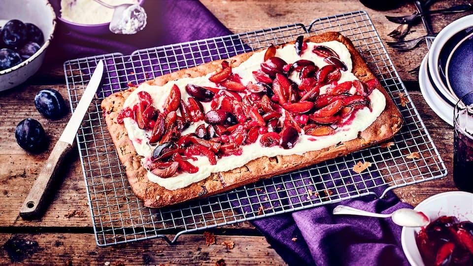 Genießen Sie unseren saftigen Pflaumenkuchen vom Blech: Das leckere Backwerk lässt sich einfach mit einem Teig ohne Hefe zubereiten.
