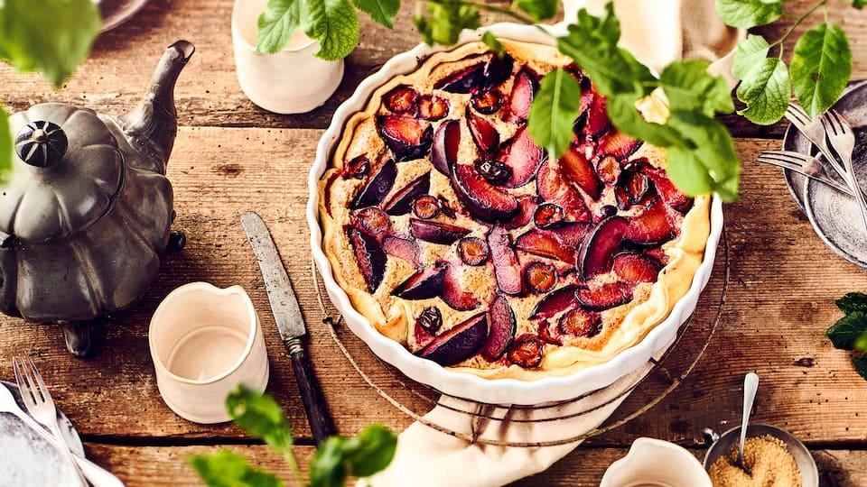 Delikatessen auf dem Saisonkalender: Probieren Sie unsere Tarte mit frischen Pflaumen, Mirabellen und einer sahnigen Mandelcreme – fruchtig und süß!