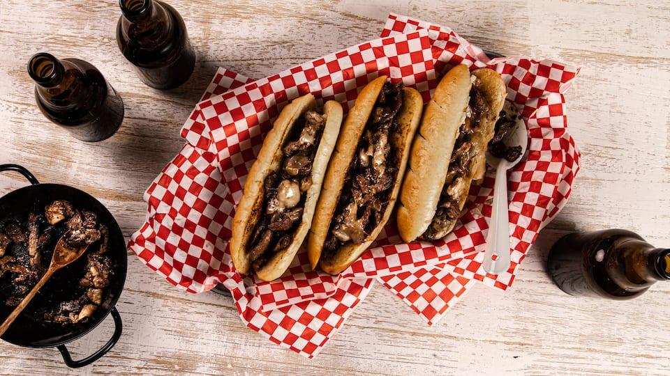 Dieses Sandwich stammt aus Philadelphia und besticht durch die in Butter angerösteten Sandwichbrötchen und die in Honig gebratenen Zwiebeln.