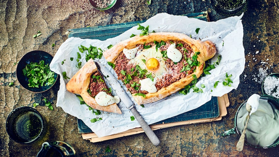 Bereiten Sie mit unserem Rezept leckere türkische Teigfladen, gefüllt mit allerlei Köstlichkeiten, zu und genießen Sie würzige Pide mit Hackfleisch.