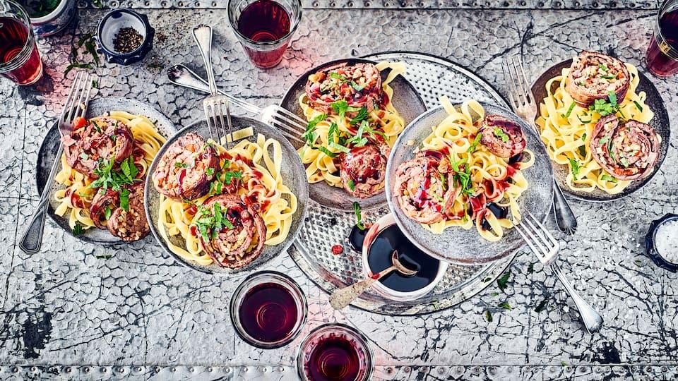 Wie wäre es mit Rinderrouladen mit einer etwas anderen Füllung? Probieren Sie unsere pikante Variante mit Paprika, Oliven und gehackten Mandeln und einer leckeren Möhren-Sellerie-Rotwein-Soße!