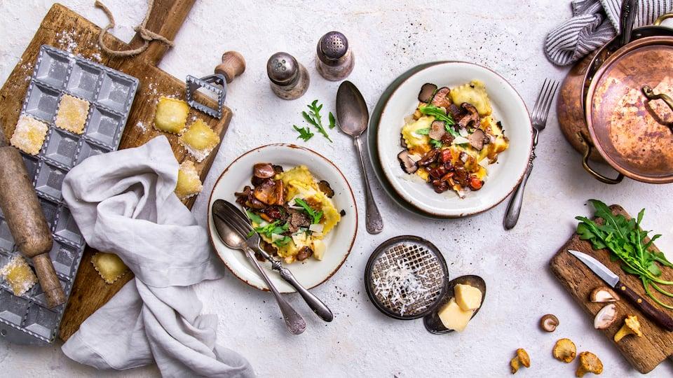 Der mediterrane Pasta-Klassiker: Mit unserem Rezept für Pilz-Ravioli zaubern Sie die gefüllten italienischen Teigtaschen zu Hause einfach selbst. Gleich probieren!