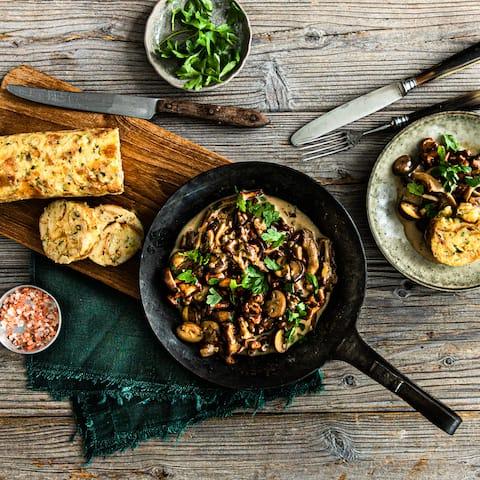 Cremiges Ragout muss nicht immer mit Fleisch serviert werden: Bei uns kommen Pfifferlinge, Austernpilze und Champignons ins Pilzragout und werden mit selbstgemachten Serviettenknödeln angerichtet.