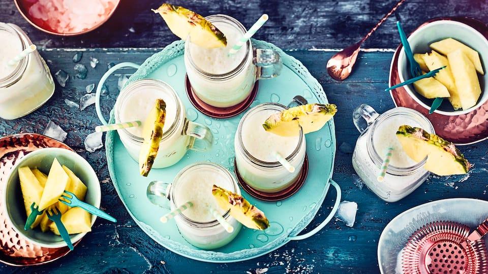 Cremige Piña Colada mit Rum, Kokoslikör, Sahne und Ananassaft: Der Cocktail-Klassiker aus der Karibik in 10 Minuten zubereitet