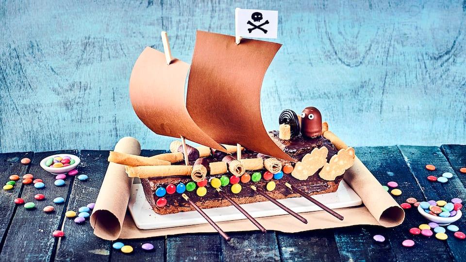 Piraten ahoi! Ob für den nächsten Kindergeburtstag oder zur Kinderparty – unser Rezept für einen Piratenschiff Kuchen ist ein wahrer Kindertraum und super lecker!