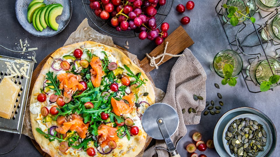 Die Pizza Bianca braucht keine rote Tomatensoße – daher ihr Name. Als cremiger Belag wird hier Ricotta verwendet, der vorab mit Knoblauch und Rosmarin verfeinert wird.
