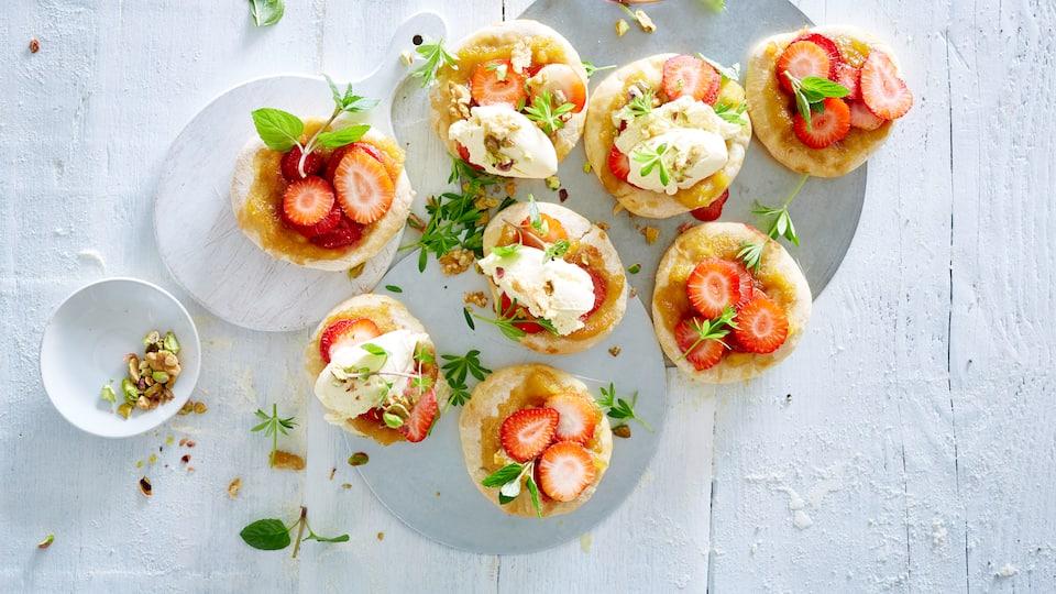 Ein echter Hingucker für warme Sommertage! Unser Rezept für Pizza mit Apfel-Karamell-Soße kombiniert mit leckerem Vanilleeis und fruchtigen Erdbeeren.