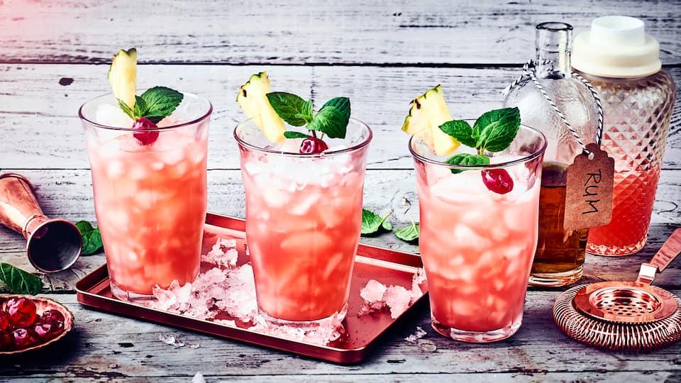 Planters Punch mit Rum, Grenadine und Orangensaft: ein karibischer Cocktail ganz einfach zubereitet.