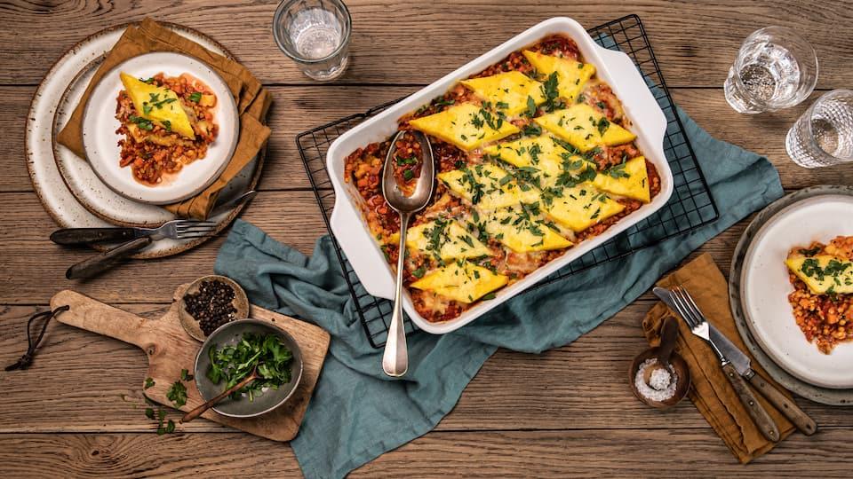 Lust auf Auflauf, aber vielleicht mal etwas spezieller? Probieren Sie unseren leckeren Polenta-Auflauf mit selbstgemachten Polentarauten, leckerer Linsenbolognese und viel Käse!