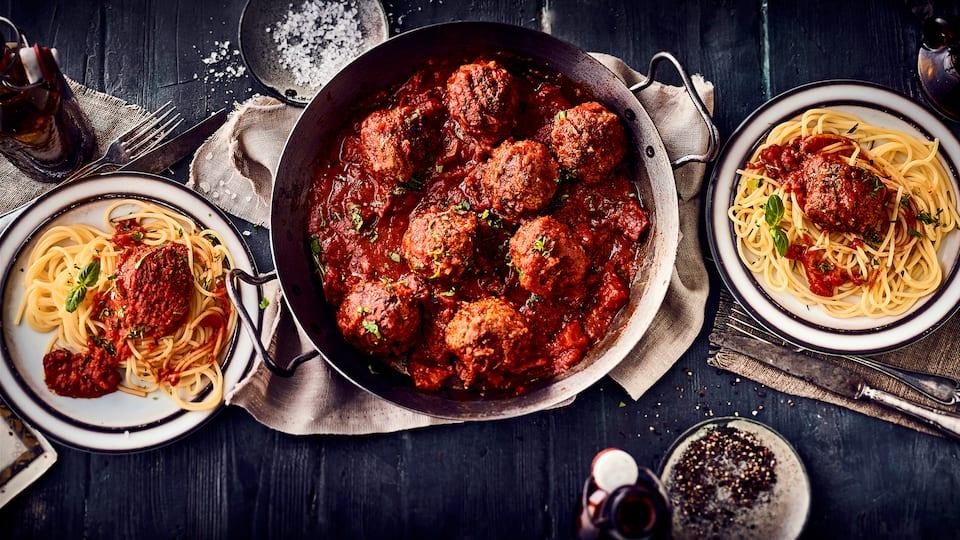 Schmeckt fast wie in Italien: Probieren Sie unser köstliches Rezept für das italienische Gericht Polpette in Tomatensoße. Wir servieren dazu Spaghetti.